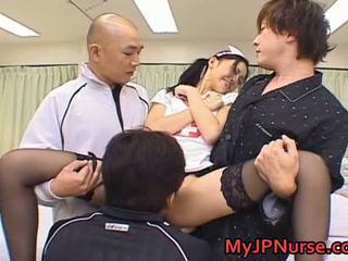 Aino kishi aasialaiset sairaanhoitaja spreads hänen jaloissa