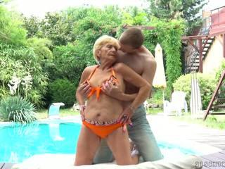 Γιαγιά fucks επόμενος να ένα πισίνα, ελεύθερα 21 sextreme hd πορνό d5