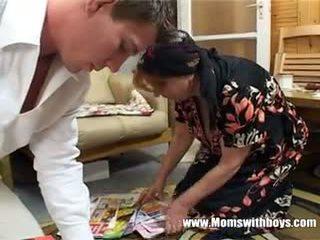 Äldre lady rewards pojke för rengöring