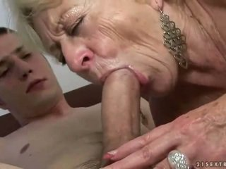 Oma en jongen enjoying hard seks
