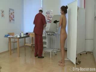 Babe pevers door een gynecologist