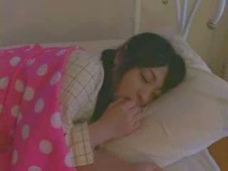 Nukkuva tyttö perseestä kova video-