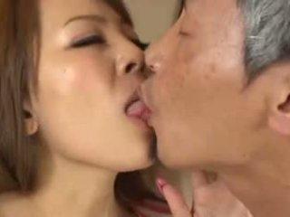Krūtinga azijietiškas having an senas vyras čiulpimas jos krūtys