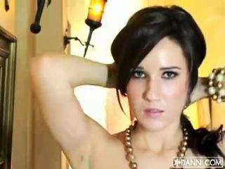 Bystiga brunett baben erin avery strips och flashes henne sexig kropp