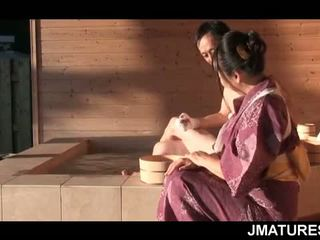 Rijpere japans dekhengst in mood voor een fijn slick geisha poesje