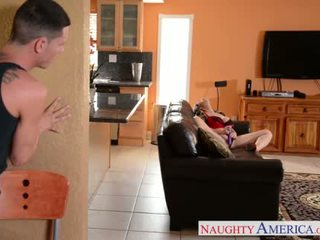 Сексуальна мама sara jay gets трахкав і facialized
