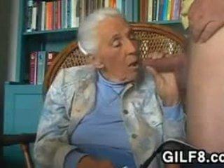 Marota avó giving um broche em casa