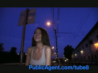 Publicagent smiley kahverengi haired cutie gets paid için seks