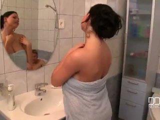 Соковита титьки дружина душ відео