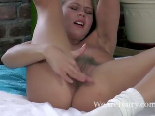 Darina nikitina strips עירום ו - masturbates