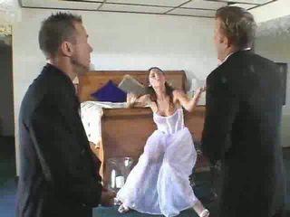 Chaud jeune mariée à être gets en une steamy plan a trois vidéo