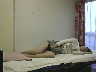 Asiatic vagaboanta masturband-se în pat