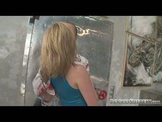 Immodest mežonīga tarra baltie gets an explosion no sperma leaking allover viņai seja