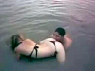 Latina gets surprised in de river van achter video-