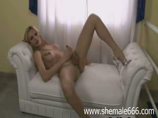 Blondine tranny shove dildo omhoog de bips