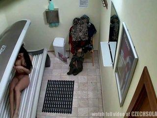 偷窺 實 footage 從 一 間諜 camera 在 日光浴