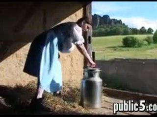 मिल्फ milking उसकी बड़ा ब्रेस्ट्स outdoors