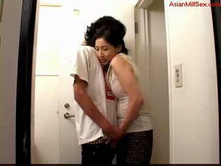 熟女 giving フェラチオ のために 若い guy 精液 へ palm 上の ザ· toilett