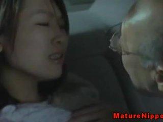 Japans milf rijpere loves seks in auto