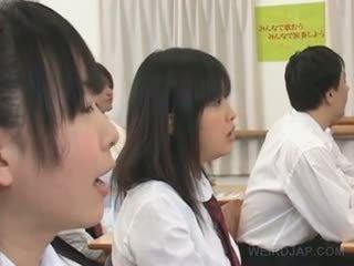 Á châu lạ trường học giới tính với nóng titted sinh viên teased cứng