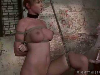 Rakastajatar painfully punishing hänen slavegirl