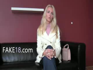 Babeage sieviete enjoying fake agent mēle
