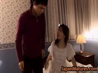 Dojrzała japońskie modelka gets fingered