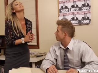 Bigtitted abbey brooks bump in ofis