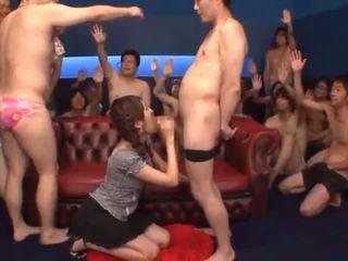 כולם גומרים עליה פעולה עם צעיר cocksucker tsubasa amami
