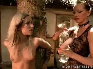 Señora punishing bonita chica