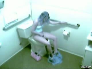 Geil model betrapt masturberen in bath kamer