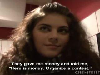 Mooi brunette zuzana gives een hoofd voor cash