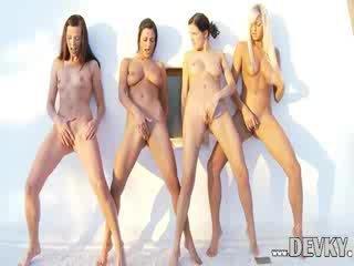 Four lezbiýanka dolls barmak bilen dürtmek together
