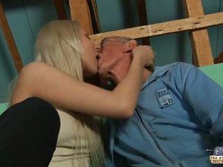Срамежлив стар guy seduced от блондинки тийн