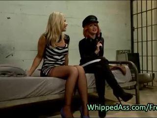 Gyzyl saçly polisiýa whips göt to blondinka betje eje