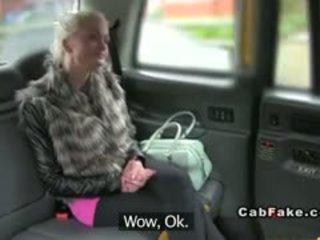 Pieptoasa terminat blonda bangs în taxi