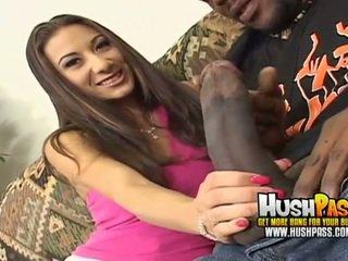 Seksi perempuan gets sebuah besar hitam titit di dia warna merah muda alat kemaluan wanita