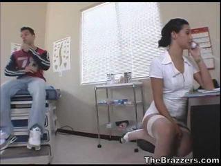 Secy seselė treats jos pacientas