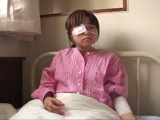 צעיר יפני הזונה עם ruptured ציצים ו - אנאלי injury