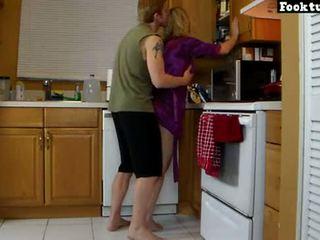 Mama lets sin dvigalo ji in grind ji vroče rit dokler on cums v njegov kratke hlače