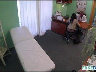 Fake doctor cures con su pene