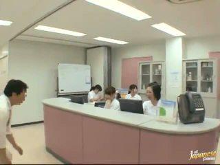 Kiva japanilainen sairaanhoitaja gives a stroking kohteeseen the potilas