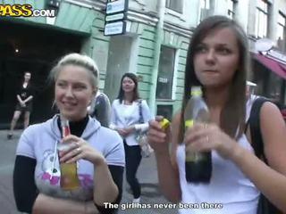 Sensuous drunken sweeties expose 彼らの tushes と ティッツ アット ザ· パーティー