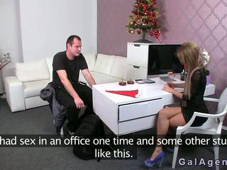 Female agent gives o laba cu piciorul în ei birou