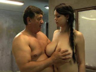 Viņai liels krūtis are going augšup un uz leju
