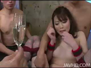 Bizarro e amarradas tomoka sakurai drinks dela próprio gaja juice