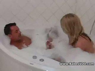 Seksuālā pusaudze jāšanās uz bathtub