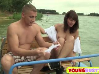 Jong rondborstig brunette loves vet dicks