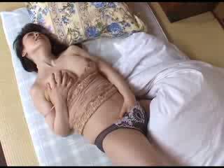 Japanilainen äiti masturboimassa jälkeen katsomassa porno video-