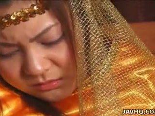 Weinig precious aziatisch prinses geneukt door haar prince.